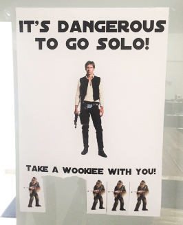 Blatt an Papier mit der Aufschrift: Its dangerous to go solo take a wookiee with you